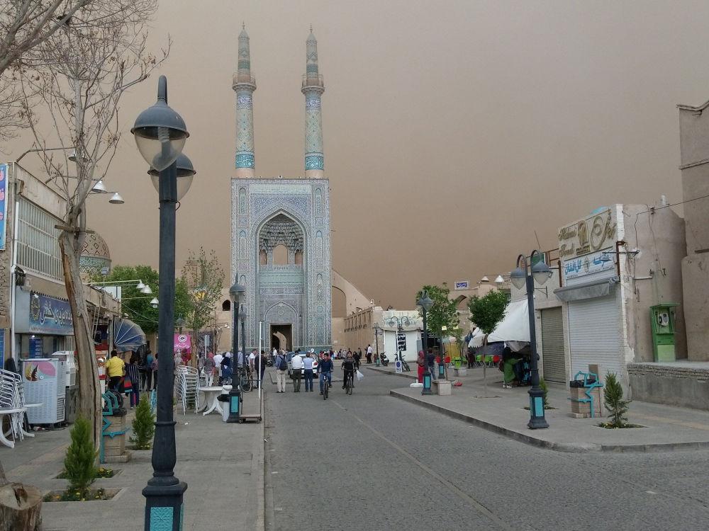 جامع يُرى خلال عاصفة رملية في يزد، إيران، 16 أبريل/نيسان، 2018