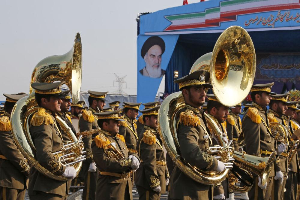 جنود إيرانيون خلال استعراض بمناسبة يوم الجيش السنوي للبلاد، 18 أبريل/نيسان 2018 في طهران.