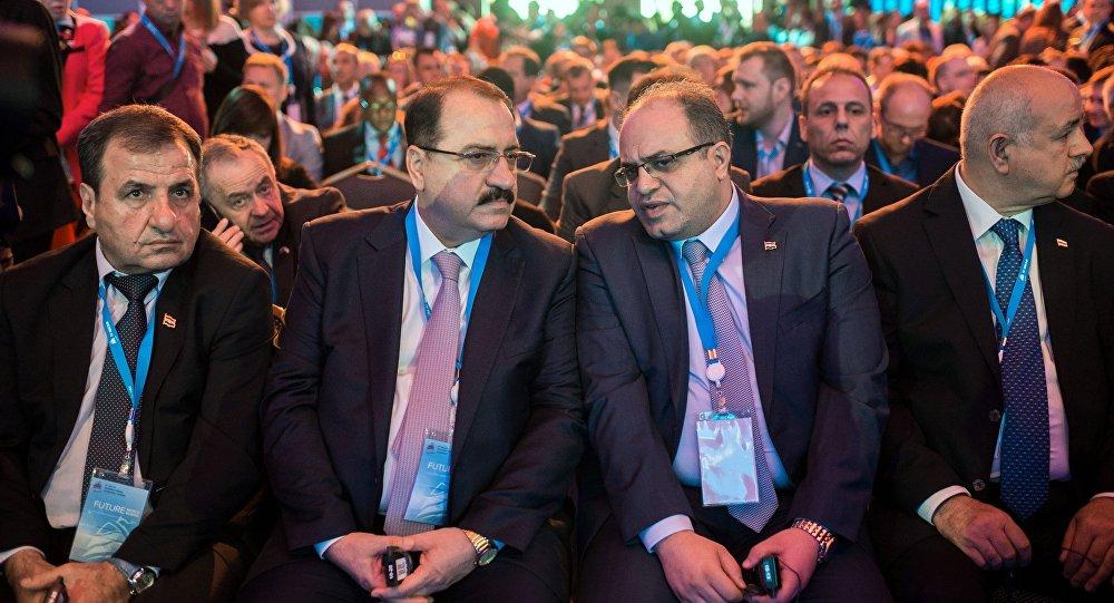 وزیر الاقتصاد والتجارة الخارجیة السوري سامر خلیل مع السفير السوري في روسيا رياض حداد خلال المنتدى الاقتصادي العالمي