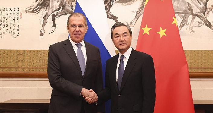 وزير الخارجية الروسي سيرغي لافروف مع نظيره الصيني وانغ اي
