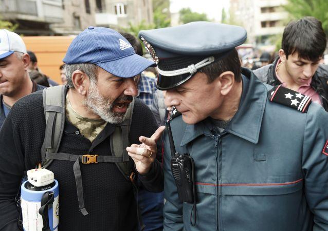 مشاركون من المعارضة يتظاهرون احتجاجا على انتخاب سركسيان رئيسا للوزراء في يريفان، أرمينيا 23 أبريل/ نيسان 2018