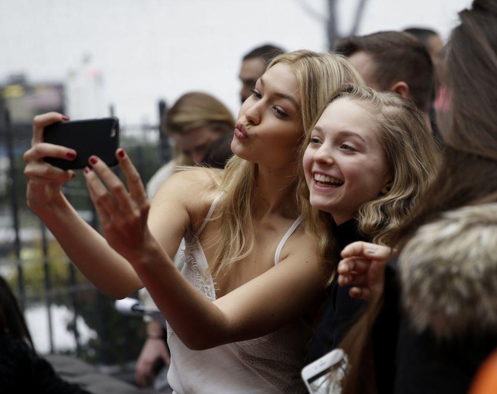 عارضة الأزياء جيجي حديد خلال التقاط صورة سيلفي لها مع جمهورها في نيويورك، الولايات المتحدة 9 فبراير/ شباط 2015