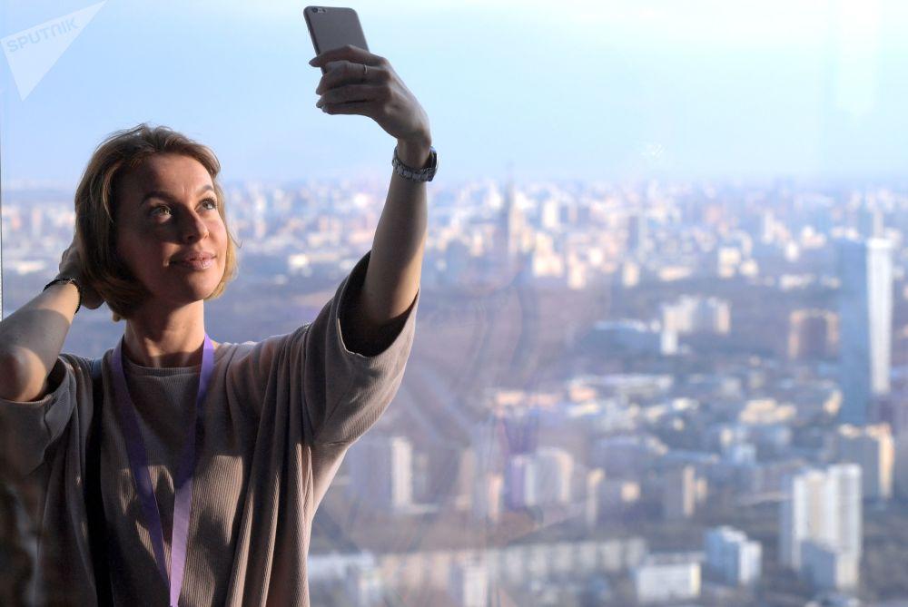 زائرة تلتقط صورة سيلفي على أعلى منصة عرض في أوروبا، والتي تقع على الطابق 89 من برج فيديراتسيا-فوستوك في المجمع الاقتصادي موسكو-سيتي في موسكو