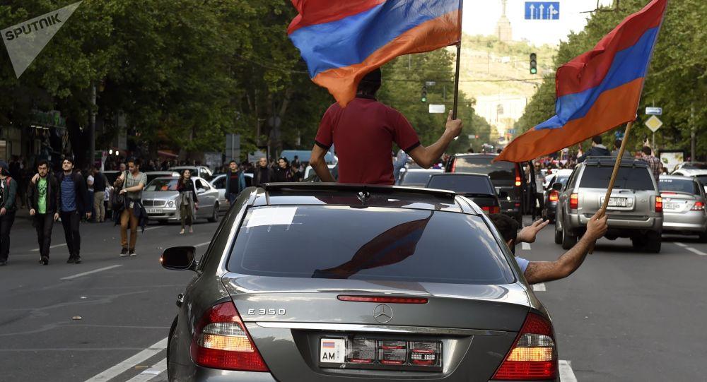 مشاركون في مظارهة بعد استقالة رئيس الوزراء الأرمني سيرج سركسيان، يريفان، أرمينيا 23 أبريل/ نيسان 2018