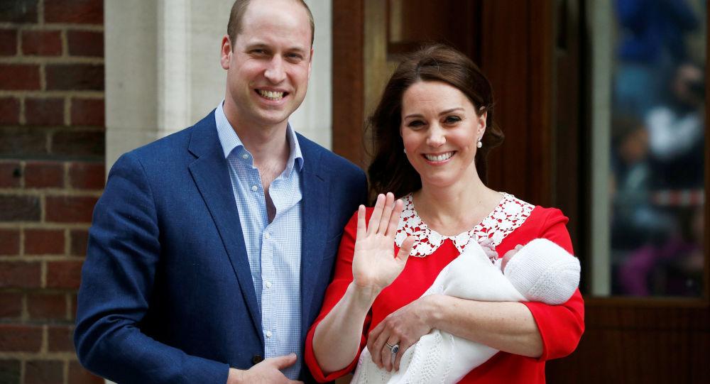لحظة خروج دوقة كامبريدج كيت ميدلتون وزوجها نجل ولي عهد بريطانيا الأمير وليام بعد ولادة طفلهما الثالث في لندن، إنجلترا 23 نيسان/ أبريل 2018