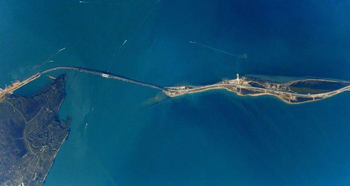 صورة لجسر القرم عبر مضيق كيرتش التقطها رائد فضاء الروسي أنطون شكابليروف من محطة الفضاء الدولية