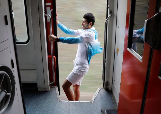 شاب  يلتقط صورة سيلفي في قطار الشرق السريع، 10 أبريل/ نيسان 2018