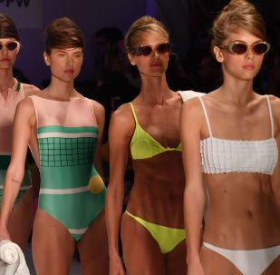 عارضات أزياء تقدمن مجموعة من زي السباحة من تصميم ساليناس (Salinas ) في إطار أسبوع الموضة في سان باولو، البرازيل 25 أبريل/ نيسان 2018