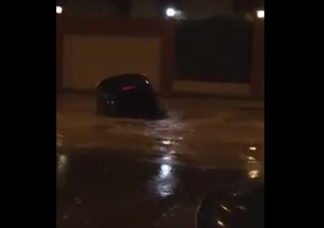 الأرض تبتلع سيارة