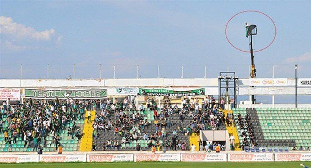 مشجع تركي يستأجر رافعة لمشاهدة فريقه المفضل بسبب منعه من دخول الملعب