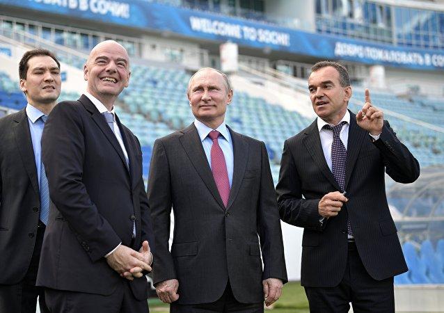 الرئيس الروسي فلاديمير بوتين و رئيس الفيفا جياني إنفانتينو