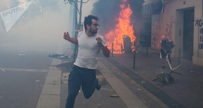 خلال أعمال الشغب التي نشأت خلال مظاهرة عيد العمال في باريس، فرنسا 1 مايو/ أيار 2018