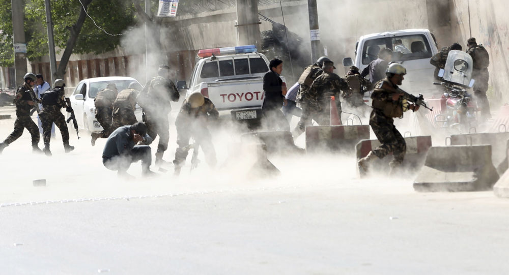قوات الأمن تركض بعيدا من موقع عملية انتحارية في كابول، أفغانستان 30 أبريل/ نيسان 2018