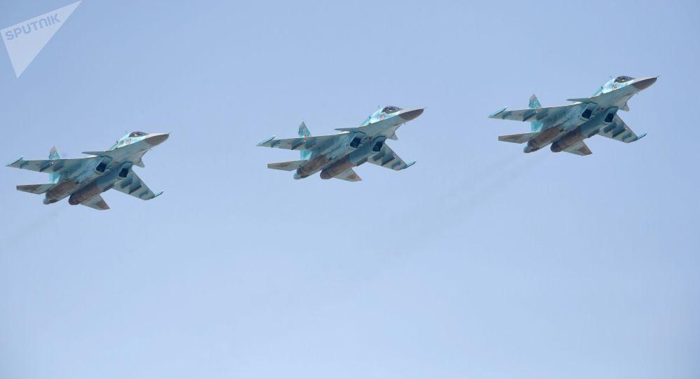 """مقاتلات """"سو-34"""" تتوارى عن مضادات الطيران في سماء أستراخان"""