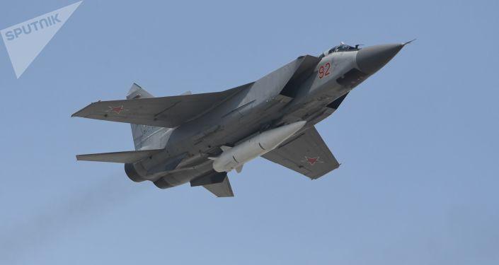الجزء الجوي من العرض العسكري في موسكو بمناسبة عيد النصر - ميغ-31 المزودة بصاروخ كينجال