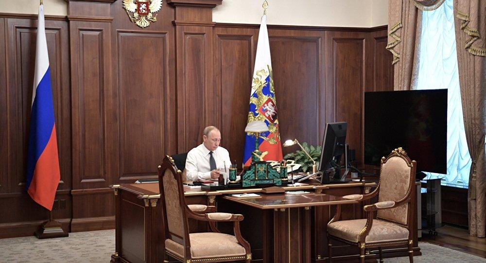 بوتين في مكتبه بقصر الكرملين