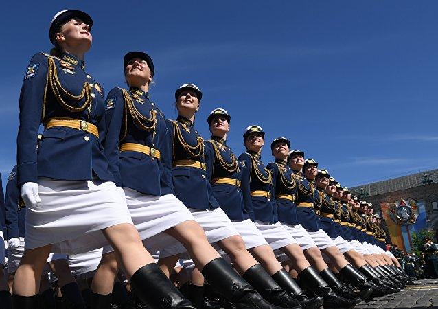 في الساحة الحمراء تمر في العرض العسكري مجموعة من الفتيات العسكريات.