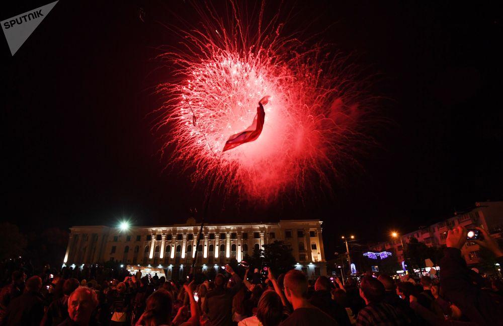 ألعاب نارية بمناسبة الاحتفال بالذكرى الـ 73 لعيد النصر في سيمفيروبل، القرم