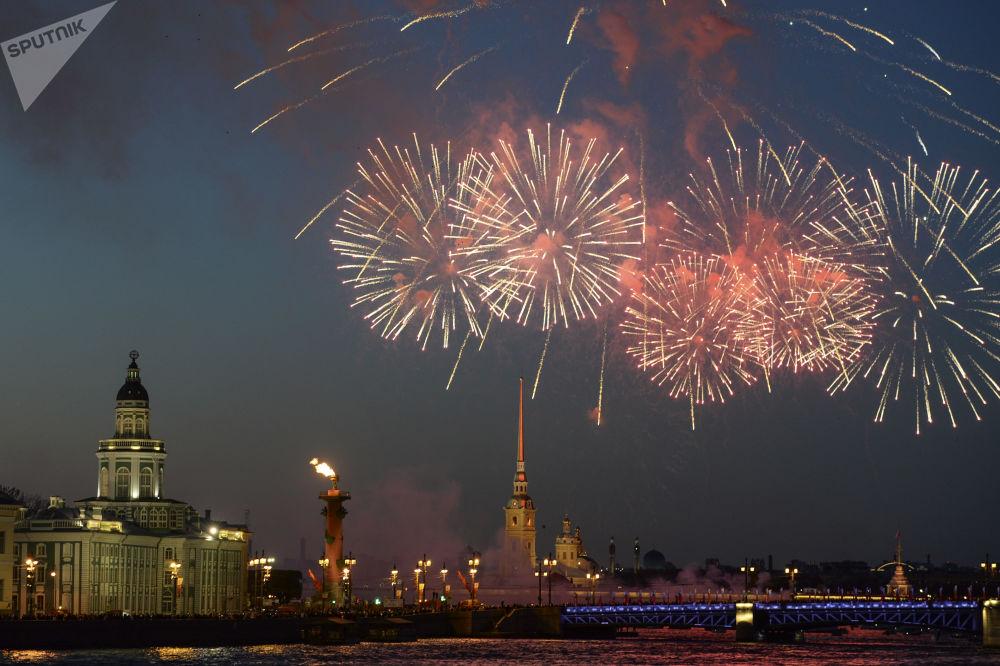 ألعاب نارية بمناسبة الاحتفال بالذكرى الـ 73 لعيد النصر في سان بطرسبورغ
