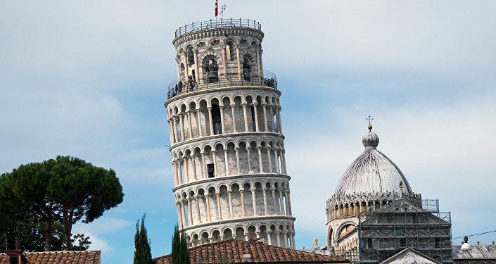 برج بيزا المائل في إيطاليا