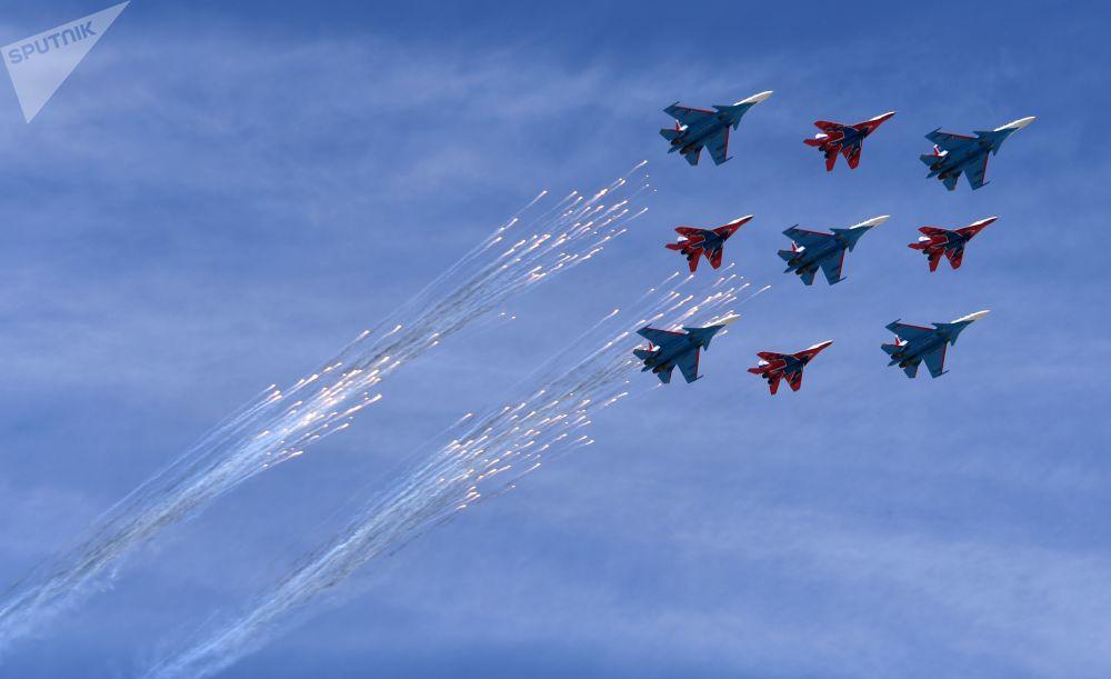 العرض الجوي بمناسبة عيد النصر - مقاتلات متعددة المهام ميغ-29 التابعة لفرقة الاستعراض الجوي ستريجي، ومقاتلات سو-30 إس إم لفرقة الاستعراض الجوي روسكي فيتيازي (الفرسان الروس) يحلقون فوق الساحة الحمراء بموسكو، 9 مايو/ أيار 2018