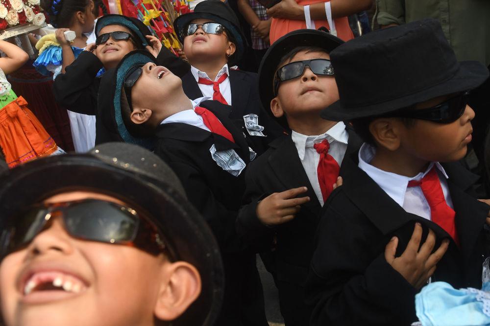 مؤمنون يشاركون في المهرجان السنوي بانتشيمالكو فلاور و فالم فيستيفال في بانتشيمالكو، 18 كلم جنوب سان سالفادور، 6 مايو/ أيار 2018