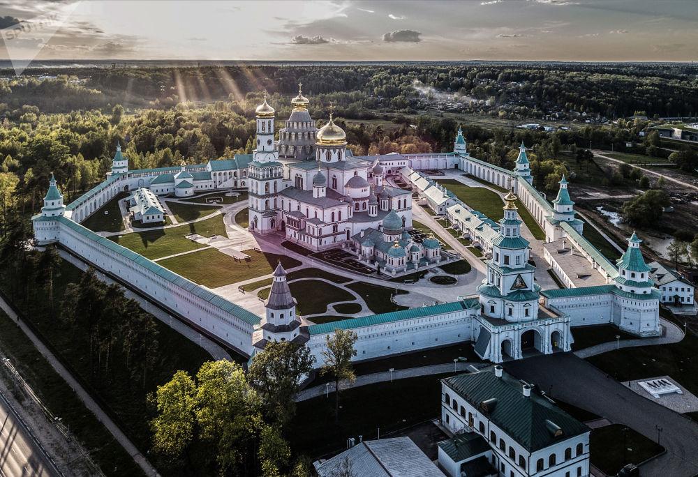 دير للكنيسة الأرثوذكسية الروسية نوفويروساليم (القدس الجديدة) بعد الترميم الكامل في مدينة إسترا، مقاطعة موسكو، روسيا