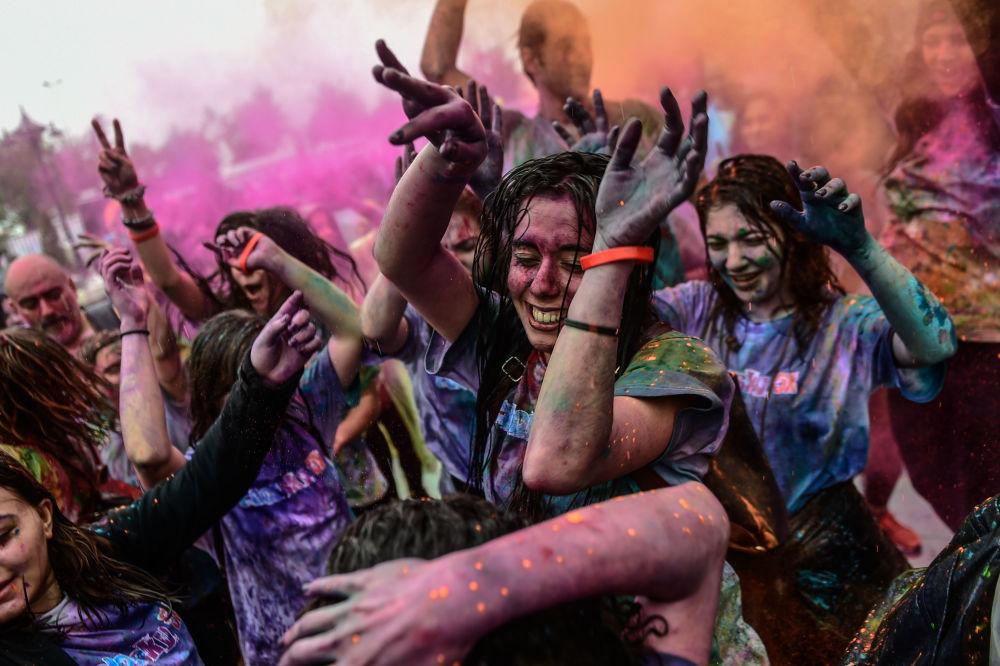 مشاركون في مهرجان كولور سكاي (Color Sky Festiva) في اسطنبول، تركيا 6 مايو/ أيار 2018