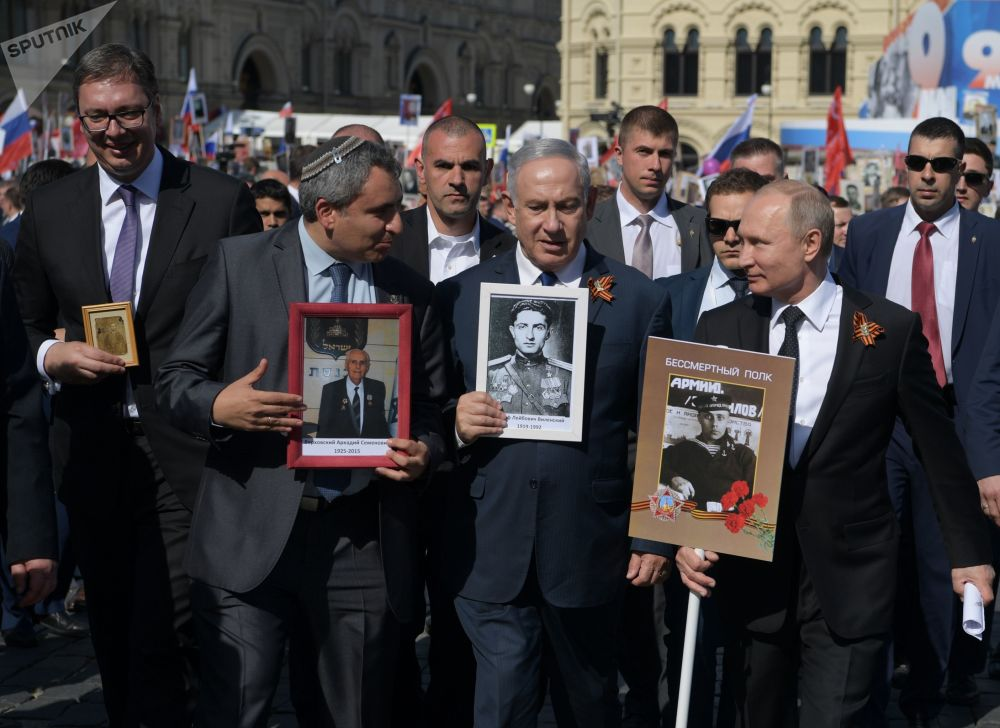 الرئيس فلاديمير بوتين والرئيس الصربي ألكسندر فوتشيش ورئيس الوزراء الإسرائيلي بنيامين نتنياهو يشاركون في مسيرة الفوج الخالد على الساحة الحمراء بموسكو، 9 مايو/ أيار 2018