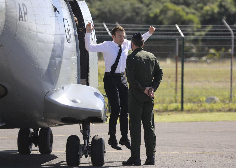 الرئيس الفرنسي إيمانويل ماكرون يقفز من المروحية لدى وصوله كاليدونيا الجديدة، 5 مايو/ أيار 2018