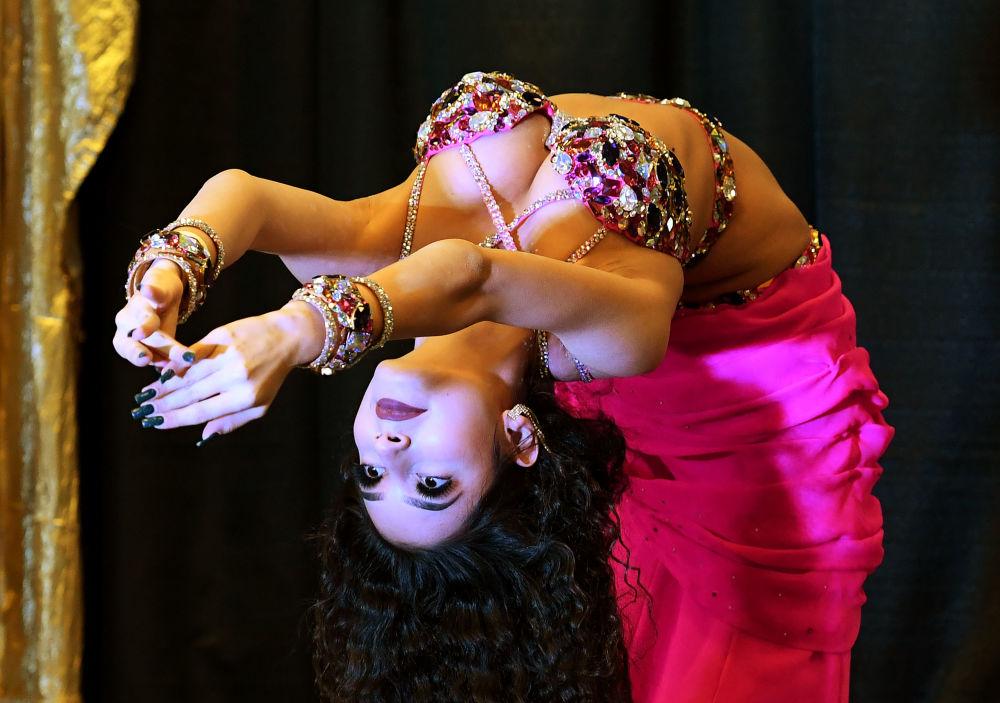 الراقصة كريستينا مونيان (روسيا) خلال مسابقة Belly Dancer of the Universe Competition في لونغ بيتش، كاليفورنيا، الولايات المتحدة 19 فبراير/ شباط 2017