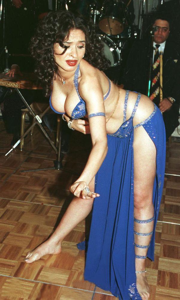 الراقصة المصرية دينا في فندق كايرو أوتيل، القاهرة، مصر 31 مارس/ آذار 2001