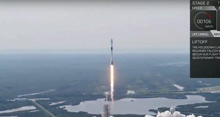 شركة سبيس إكس تطلق صاروخ فالكون 9 لحمل مركبات مأهولة في المستقبل، من قاعدة كيب كنافيرال في فلوريدا حاملا قمرا صناعيا مخصصا للاتصالات لبنغلاديش, 11 مايو/أيار 2018