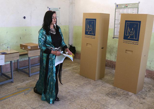 العراق.. سيدة تقوم بالتصويت في الانتخابات البرلمانية العراقية