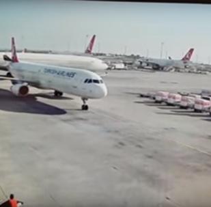 لحظة تصادم طائرتين في مطار اسطنبول