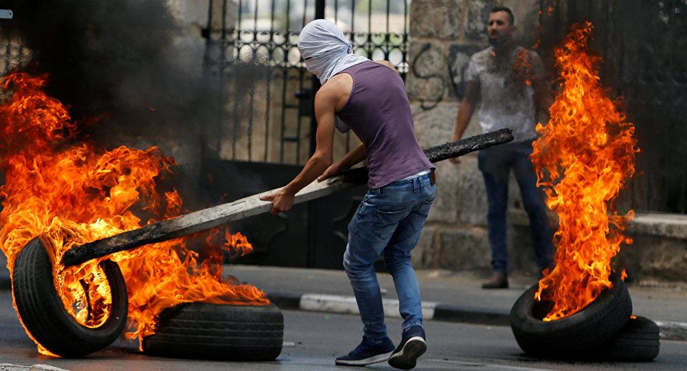 شبان فلسطينيون في بيت لحم، خلال احتجاجات ضد نقل السفارة الأمريكية إلى القدس عشية الذكرى الـ 70 لـ النكبة، الضفة الغربية، فلسطين 14 مايو/ أيار 2018