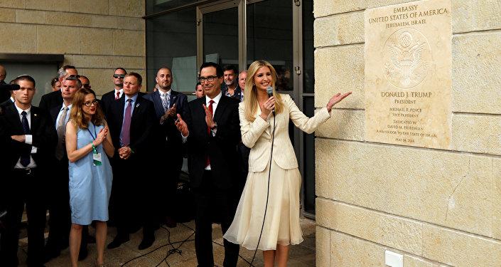 مستشارة الرئيس الأمريكي إيفانكا ترامب ووزير الخزانة الأمريكية ستيفن منوشين خلال إزاحة الستار عن لافتة السفارة الأمريكية في القدس، 14 مايو/ أيار 2018
