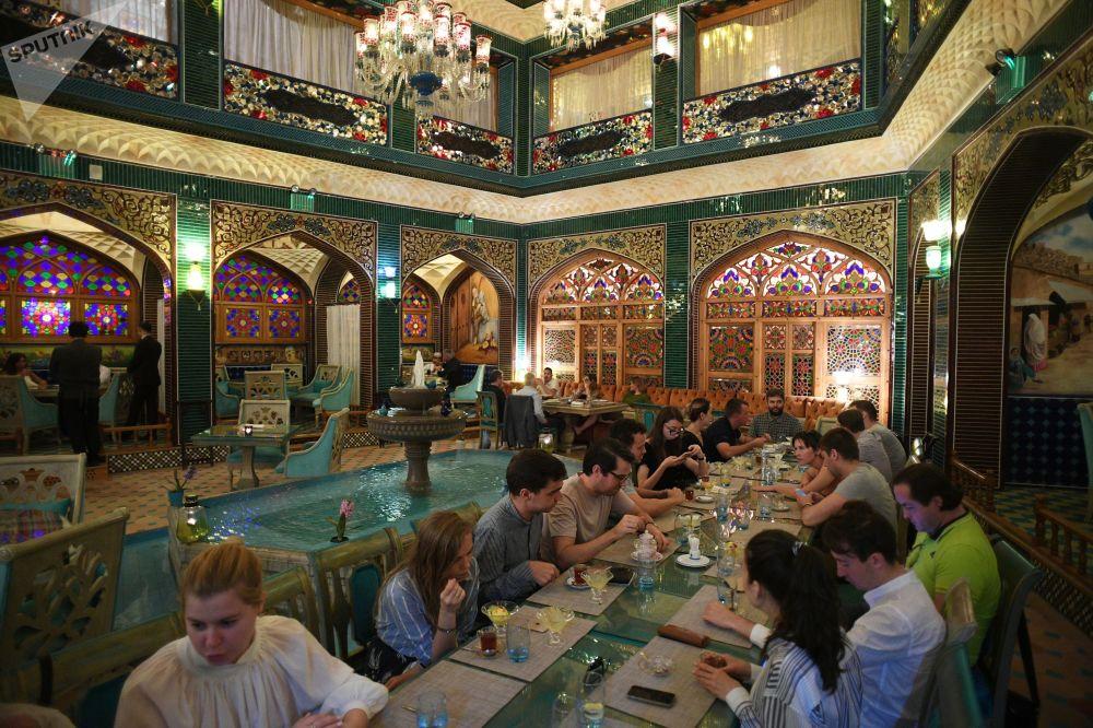 زوار في أحد المطاعم في سوق واقف في مدينة الدوحة، قطر