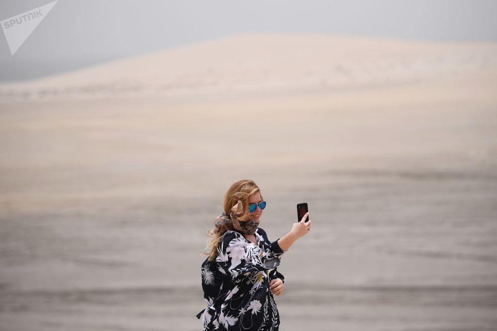 فتاة تلتقط سيلفي في صحراء خور العديد في الدوحة، قطر