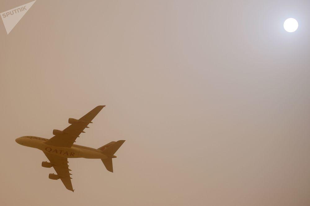 طائرة لشركة الطيران الجوي قطر آيرويز تحلق في سماء الدوحة