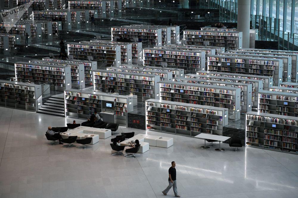 زوار مكتبة قطر الوطنية في الدوحة