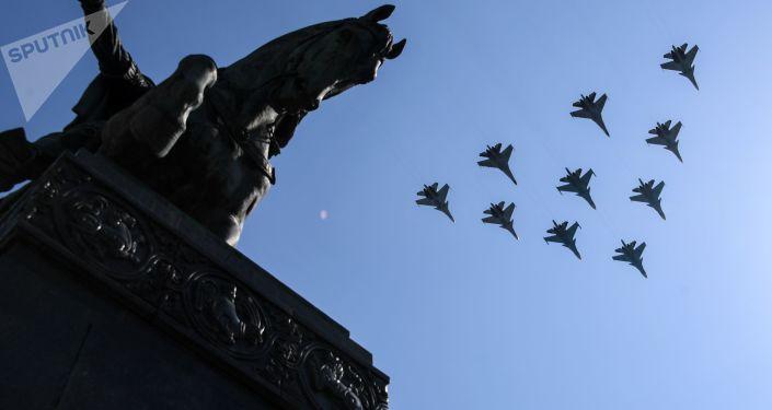 سرب من مقاتلات سو-30 وسو-35 خلال الجزء الجوي من العرض العسكري بمناسبة عيد النصر في موسكو