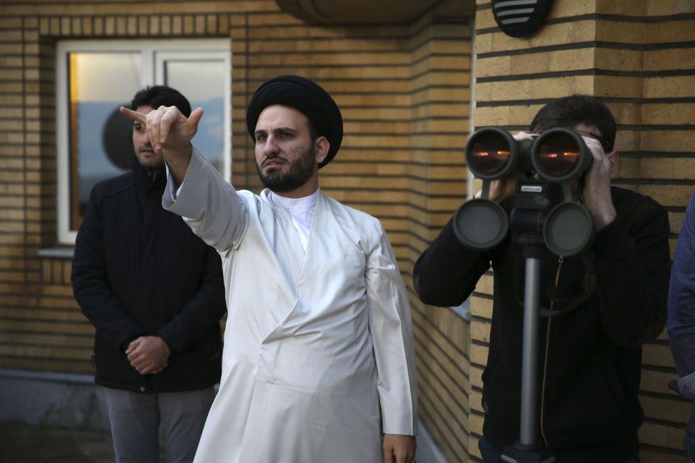 رجل دين الإيراني محمد حسين دهسرخي ينظر إلى السماء نحو القمر، الذي يشير إلى بداية شهر رمضان، في مرصد الإمام علي، على بعد حوالي 45 كلم من مدينة قم، جنوب طهران، إيران 16 مايو/ أيار 2018