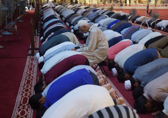 صلاة التراويح في مسجد الملك فيصل في أول أيام شهر رمضان في إسلام آباد، باكستان  16مايو/ أيار 2018