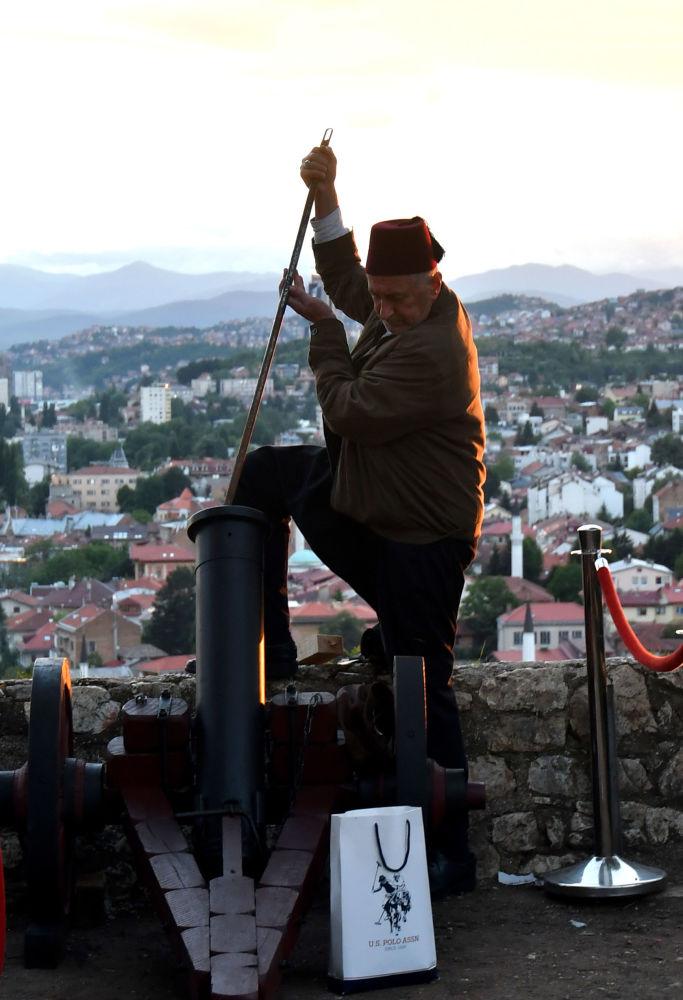 رجل بوسني يحشو مدفع الألعاب النارية استعدادا باستقبال شهر رمضان المبارك فيالبلدة القديمة سارايفو، البوسنة والهرسك 16مايو/ أيار 2018