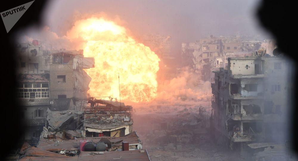 قصف قوات الجيش السوري لمواقع تنظيم داعش الإرهابي في مخيم اليرموك، ريف دمشق، سوريا
