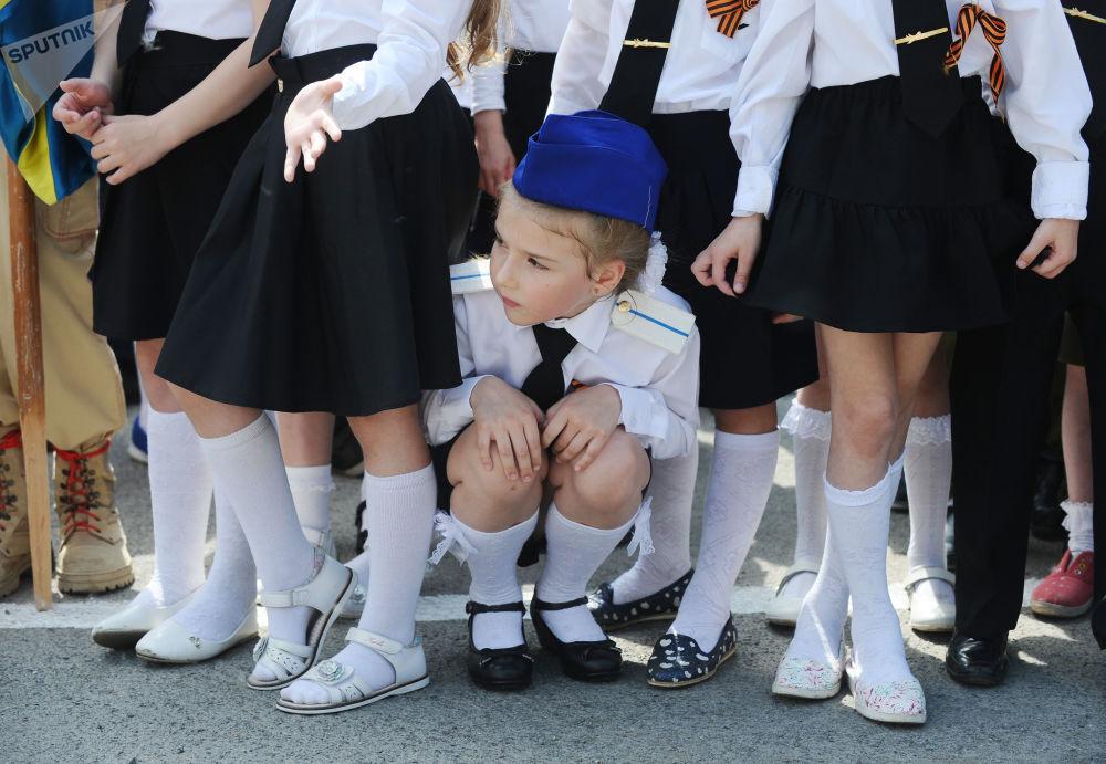 المشاركون في موكب قوات الأطفال في روستوف-نا-دونو، في إطار الفعاليات الاحتفالية شكرا للجد على النصر، تكريما للمحاربين القدامى المشاركين في الحرب الوطنية العظمى ضد قوات ألمانيا النازية (1941-1945)