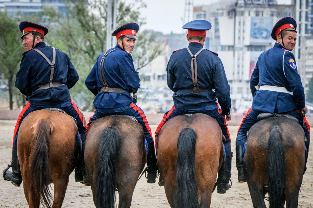 يمارس فرسان قوزاك الدون  مهاراتهم في ركوب الخيل على الضفة اليسرى لنهر الدون خارج منطقة روستوف أرينا في مدينة روستوف-نا-دون في جنوب روسيا في 13 مايو/ أيار 2018
