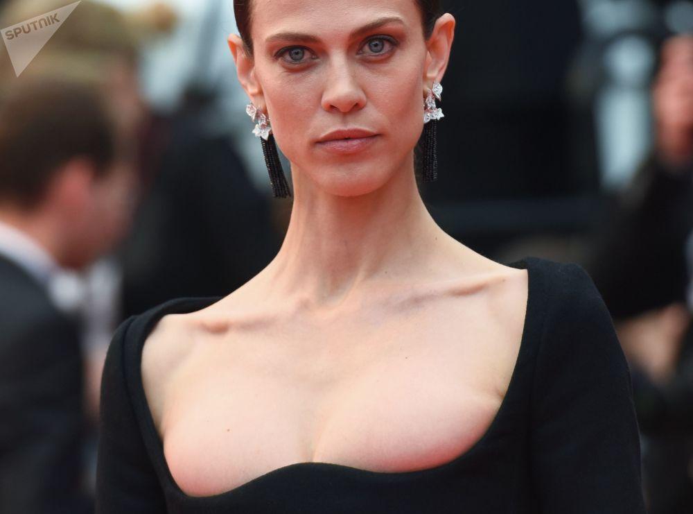 الممثلة وعارضة الأزياء الفرنسية إيميلين فالادي على السجادة الحمراء في الدورة الـ 71 لمهرجان كان السنمائي