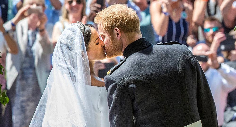 نجل ولي عهد بريطانيا الأمير هاري يقبل عروسه ميغان ماركل في حفل زفافهما، 19 مايو/أيار 2018